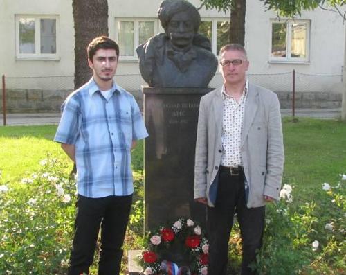 Мирко Јовановић и Драган Јовановић Данилов испред Дисовог споменика у Чачку