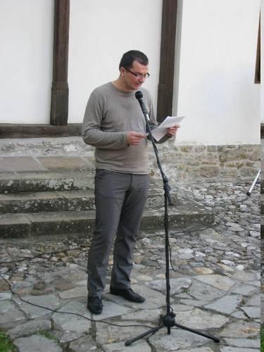 Енес Халиловић чита слово о поезији на 49. Дисовом пролећу