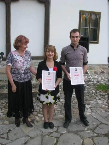 Добитници награде за есеј о Дису, Катарина Пантовић и Горан Кошутић, са Даницом Оташевић