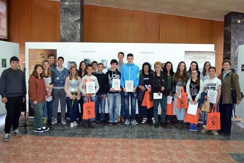 Награђени и похваљени ученици са наставницима и ученицима Техничке школе Чачак